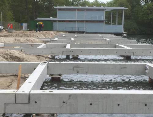 Prefab fundatiebalken voor de 11 waterwoningen gelegd